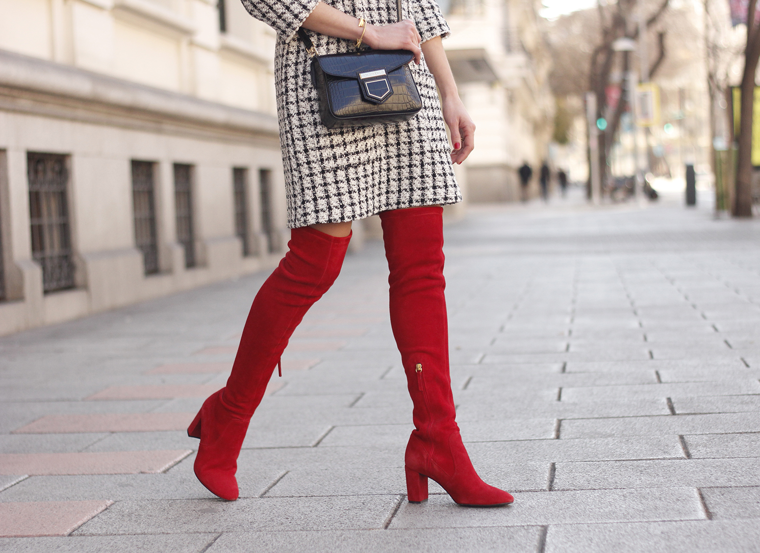 squares dress red over the knee boots givenchy bag red cap winter outfit look invierno12