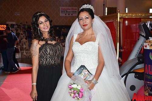 Festivalin girişinde katılımcıları karşılayan Moda Cappana hostesleri Özlem Barışkan ve Zeynep Barışkan beğeni topladı.