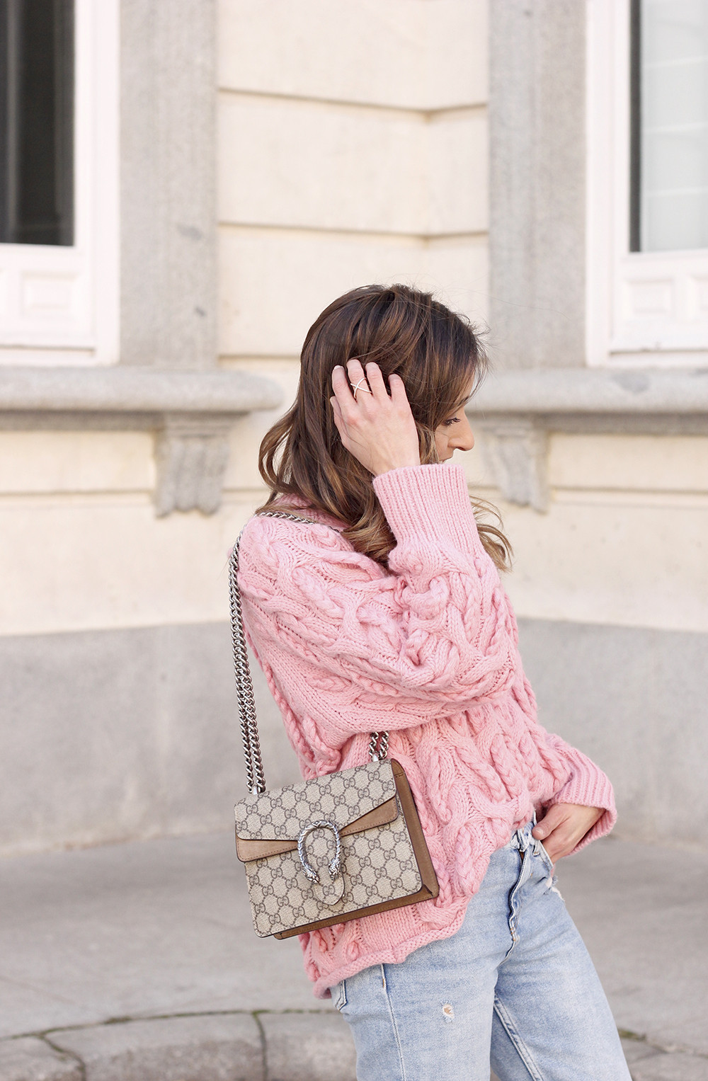 Pink chunky sweater ripped jeans gucci bag uterqüe heels casual winter outfit 2018 look invierno jersey rosa zara10
