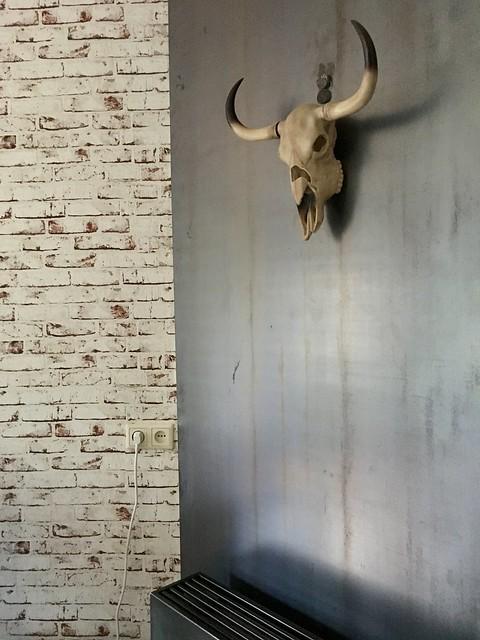 Gewei aan de muur schoonmetselwerk behang