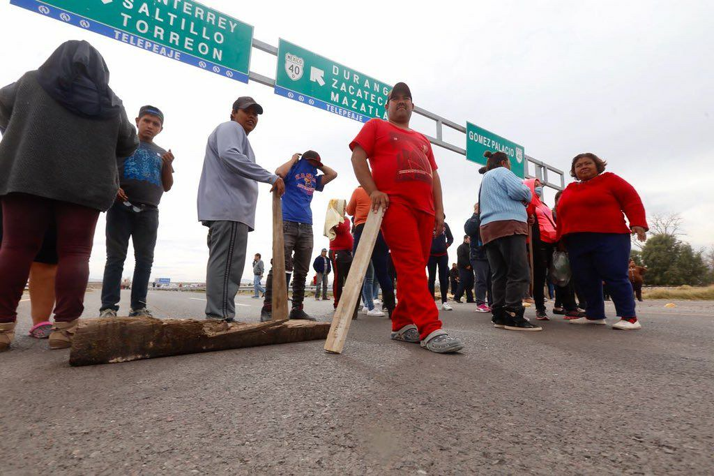 PÁG. 2 (3). El porrismo, una de las prácticas más bajas y ruines de la política, fue utilizado por la alcaldesa gomezpalatina Juana Leticia Herrera Ale para agredir a la Caravana po