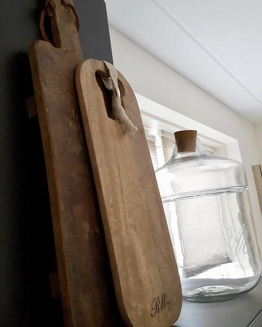 Houten snijplanken, glazen fles