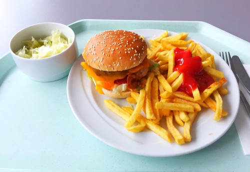 Cheeseburger with french fries / Cheeseburger mit Pommes Frites