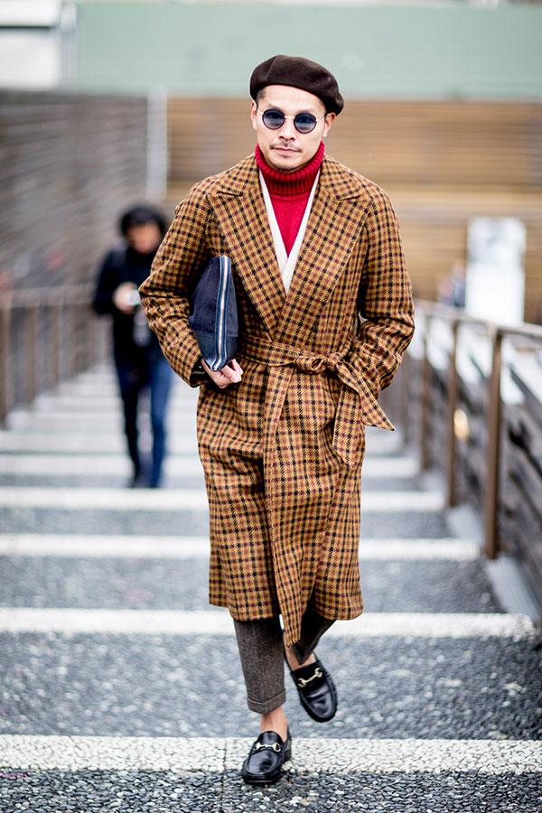ブラウンベレー帽×ベージュ系チェックロングコート×赤タートルネックニット×ウールパンツ×黒ビットモカシン
