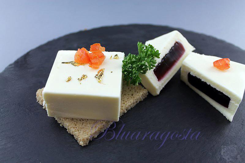 2-mousse di camembert con gelatina di mirtilli neri