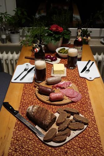Abendbrot mit Wurstaufschnitt aus dem SuperBiomarkt und frischgebackenem Roggenbrot