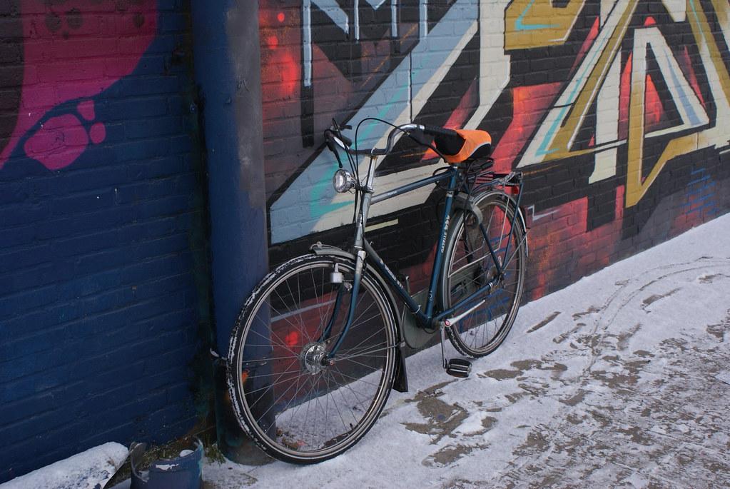 Vélo garé dans la neige du nord d'Amsterdam.