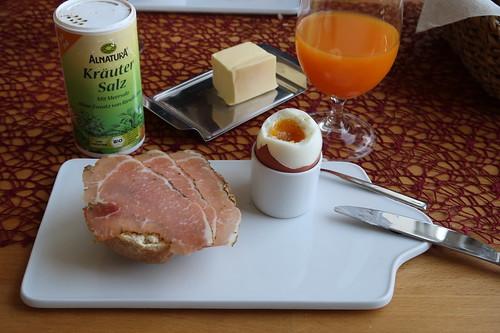 Schinkenspeck auf Dinkelbrötchen zum Frühstücksei