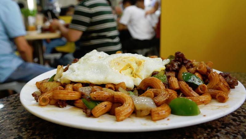 Hidangan daging cincang dan makaroni di Cha Chaan Teng (restoran teh) Makau