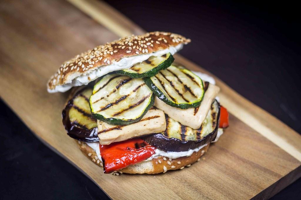 Vegetarburger med grillost og grillede grøntsager