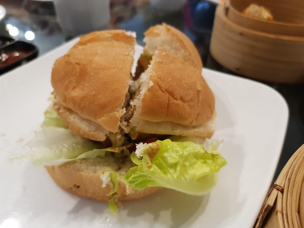 吞拿鱼汉堡 Experimental Tuna Burger @ The Queen Shah Alam