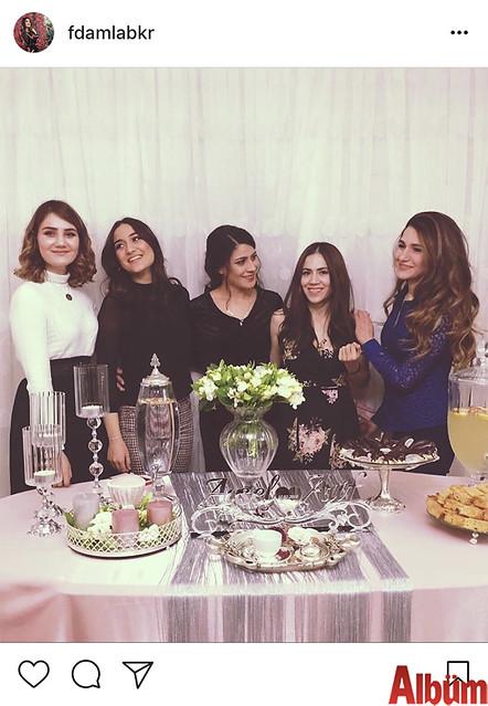 Psikolog Damla Bekar, Melda Anılgan, Ayşe Özer ve Yasemin Anılgan ile birlikte kuzeni Aysel Anılgan'ın nişan töreninden bu fotoğrafı paylaştı.