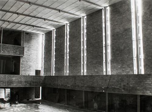 Sin cristales - En las finas lineas de luz que se pierden en el techo aún no hay cristales.