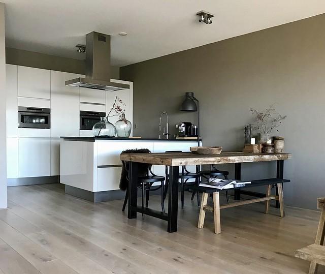 Strakke keuken met stoere accessoires