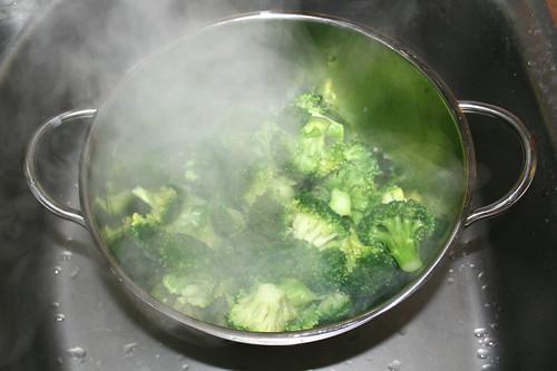 40 - Broccoli abtropfen lassen / Drain broccoli