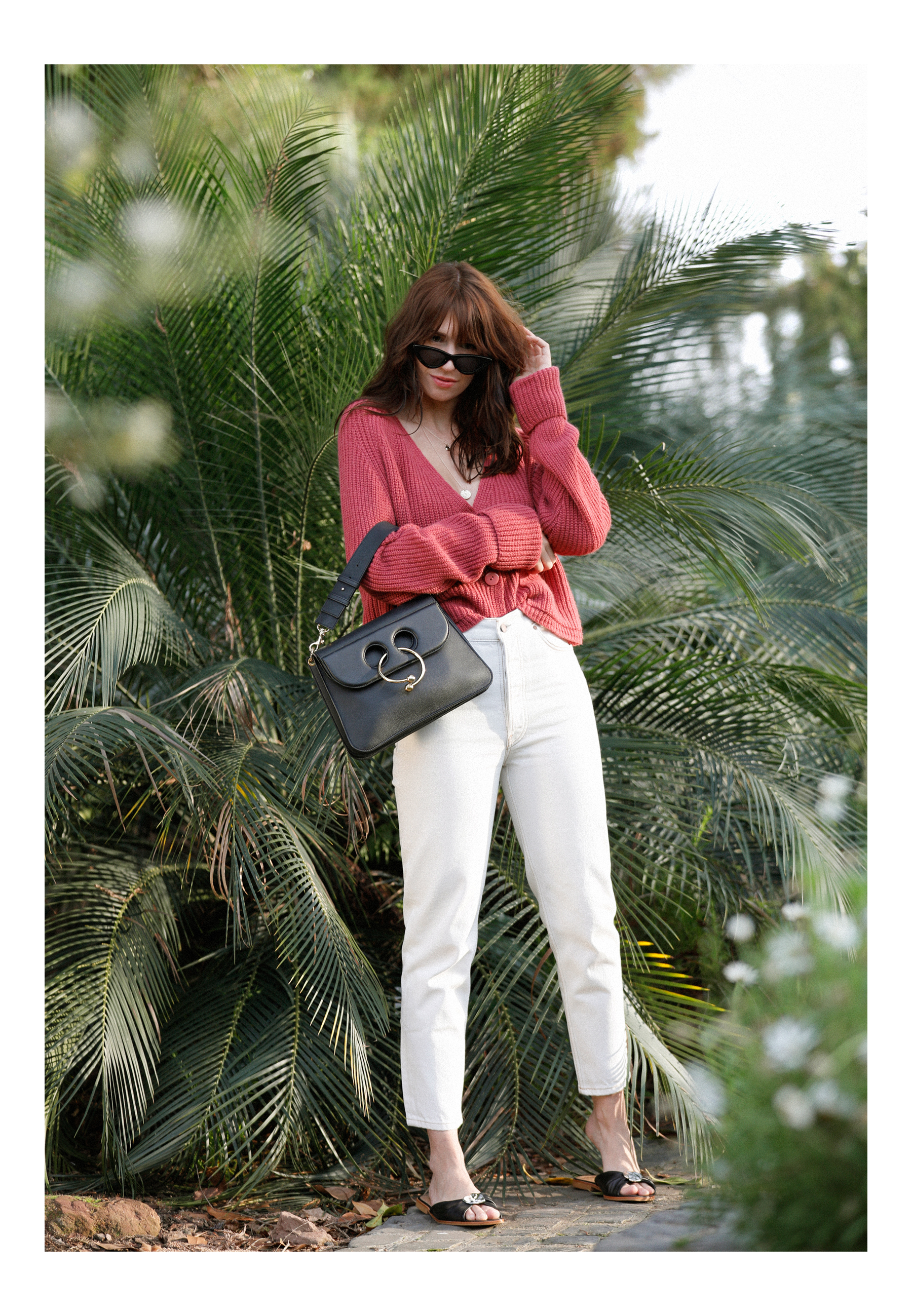 outfit palm trees holiday in winter garden summer spring red cardigan parisienne style pierce bag j.w. anderson white jeans flattered slippers cat-eye sunglasses last lolita le specs adam selman ricarda schernus catsanddogbslog modeblogger düsseldorf 3