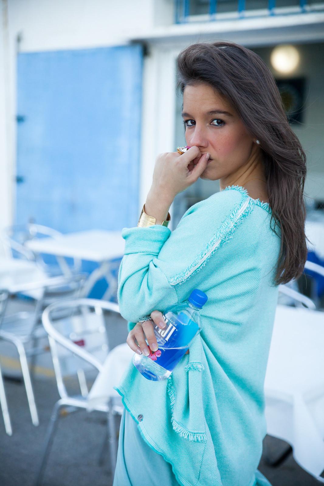 cómo combinar una prenda turquesa jersey de rüga y satin dress de na-kd theguestgirl look turquesa fiji water barcelona influencer spain
