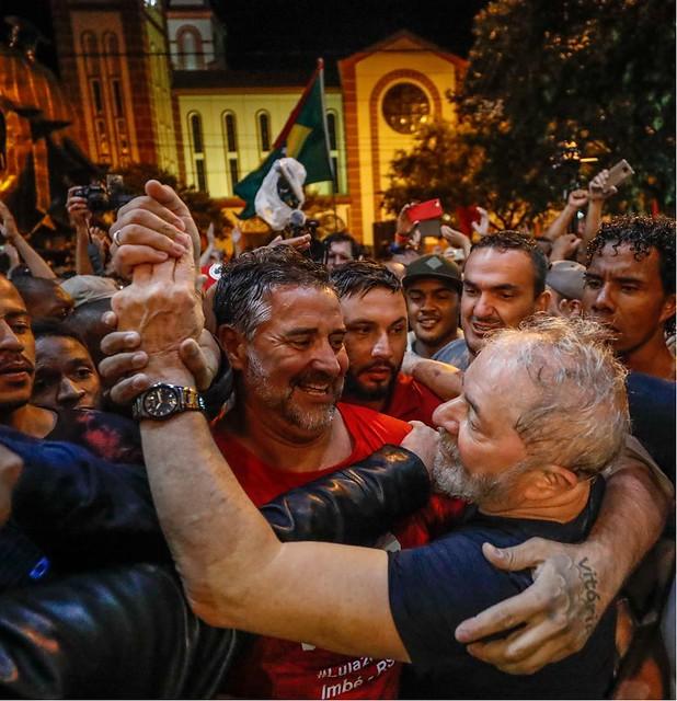 Chapecó enfrenta chuva e violência para fazer ato histórico em defesa da democracia