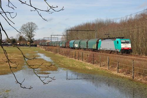 Lineas 2827 met coilstrein naar Genk-Goederen passeert in Berbroek