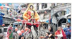 काहू कोठी में गुरुवार शाम होलिका दहन से पहले पूजन में कई बच्चियां भी शामिल हुईं और परंपरा के प्रति पूरी आस्था जताई