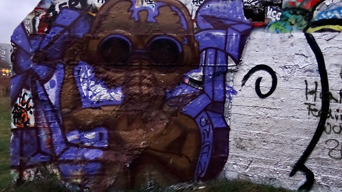 Graffiti kam so wild und kam so grau wie aus grauem Schatten glühn zieht Nebel durch graue Straßen und rote Dächer 0519