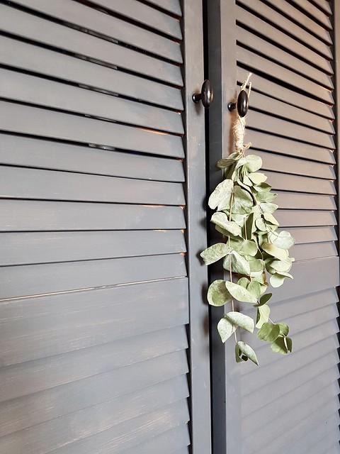 Louvredeuren kast met groene toef
