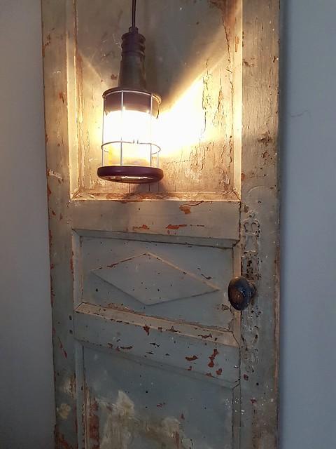 Oude deur met looplamp