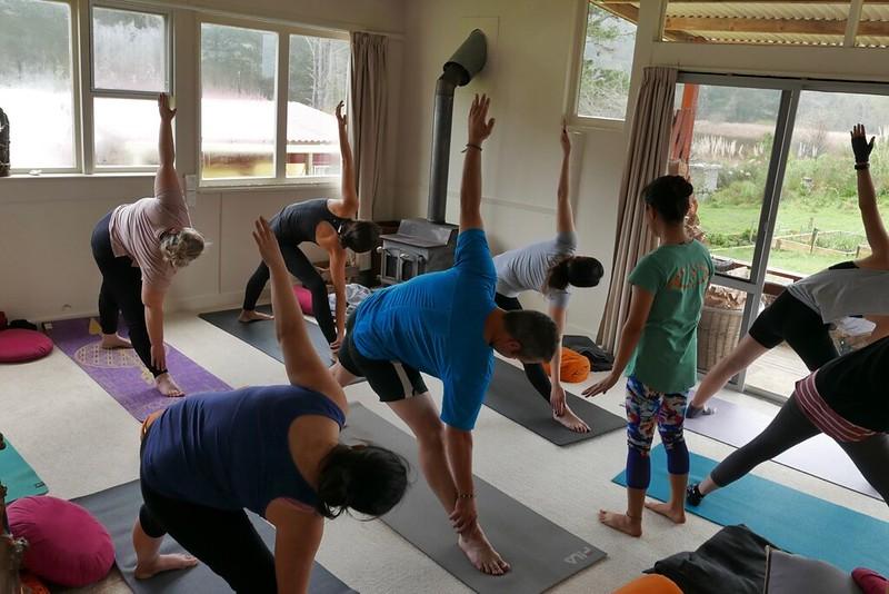 Yoga beim Retreat-Wochenende mit Amrit. Trigasana kann doch jeder. Halbwegs. Gut das der Kamin schön warm ist, draußen regnet es mal wieder wie Sau.