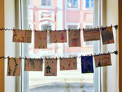 """Instituudi raamatukogus Tartus on avatud aknanäitus laste joonistustest Katri Kirkkopelto raamatu """"Molli"""" ainetel. Esimesed tööd said just üles, näitus täieneb kord kuus toimuvate sõnakunstitöötubade käigus ning on üleval mai lõpuni. :art:#soomelastekirja"""