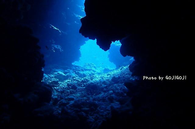 真っ暗洞窟の中から外を見るのが好きです。