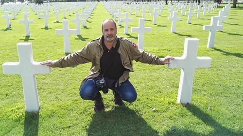 Pere Cardona junto a las tumbas de Robert y Preston Niland en Colleville-Sur-Mer