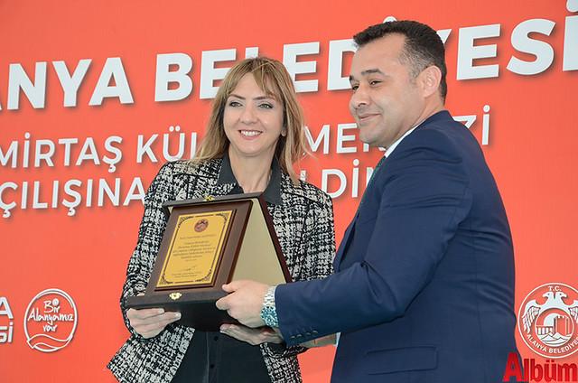 Başkan Yücel, kültür merkezinin projesini ücretsiz çizen Melike Nazifoğlu'na plaket verdi.