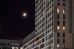 Месяц над жилым кварталом Новин