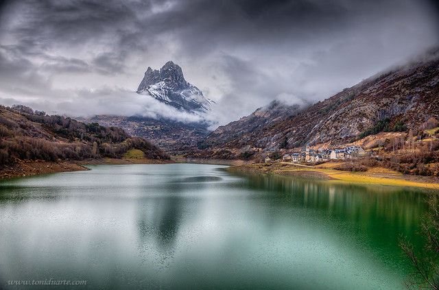Montaña con reflejos