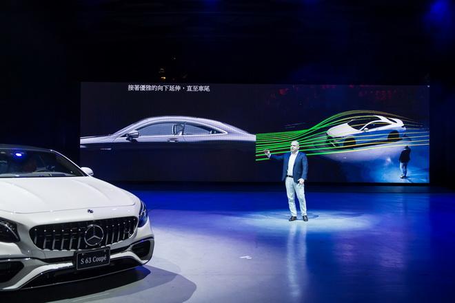 台灣賓士轎車行銷業務處副總裁 何睿思(Markus Henne)透過 AR擴增實境科技,為 The new S-Class Coupe 登場帶來...
