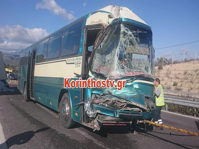 Σφοδρή σύγκρουση λεωφορείου με φορτηγό στην ΕΟ Κορίνθου-Τρίπολης