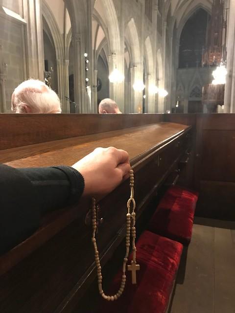 Rosenkranz vor ausgesetztem Allerheiligsten