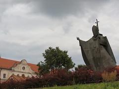 Памятник папе Иоанну Павлу II возле монастыря бернардинцев