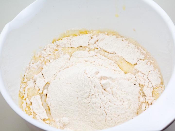 Doe er bloem, boter en eieren bij