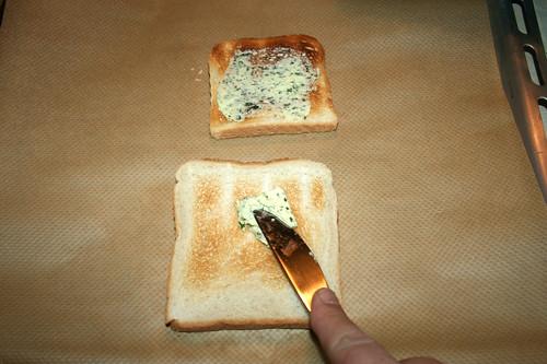 18 - Getoastetes Brot mit Kräuterbutter bestreichen / Spread toasted bread with herb butter
