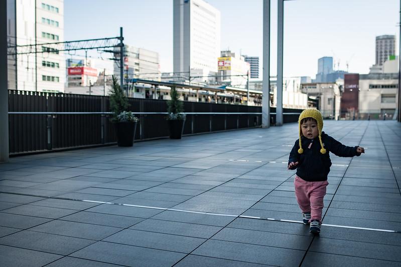 秋葉原UDXのデッキで子どもの写真を撮る