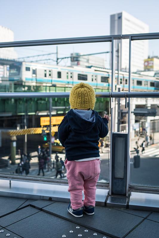秋葉原UDXのデッキから電車を見る子ども