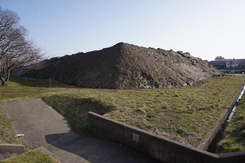 雪捨て場の黒い山