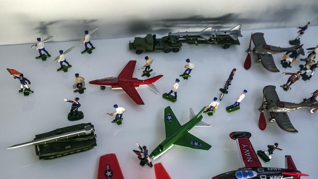 Пушки детям не игрушки? маленьких, Германии, Небольшая, Немного, детстве, такие, солдатики, Сборные, конструкторы, разумеется, потоптались, армейской, почемуто, игрушек, пластмассы, космической, тематике, стене, витриной, висят