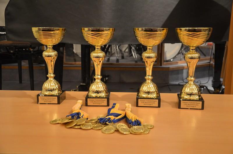 Pokaler och medaljer till solisterna