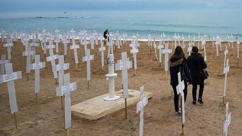18c08 Playa Fortí de Vinaròs Macro expo 731 cruces recuerdo mujeres asesinadas Foto EFE Uti 485