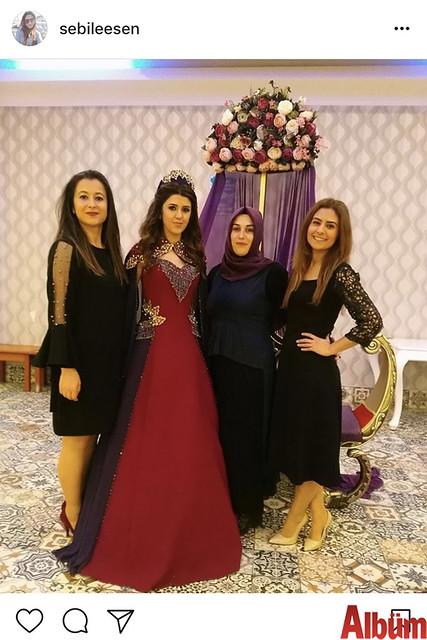 Sebile Esen, Sinem Yıldız'ın kına gecesinden yakınlarıyla birlikte bu fotoğrafı paylaştı.