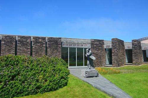 Das Besucherzentrum mit der Figur im Wind