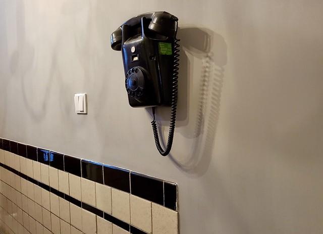 Zwarte bakelieten muur telefoon