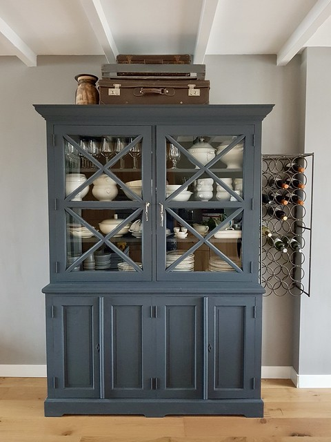 Grijsblauwe buffetkast, brocante koffers, wijnrek